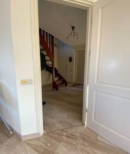 Brede hal en andere doorgangen. Binnendeuropeningen zijn 80cm