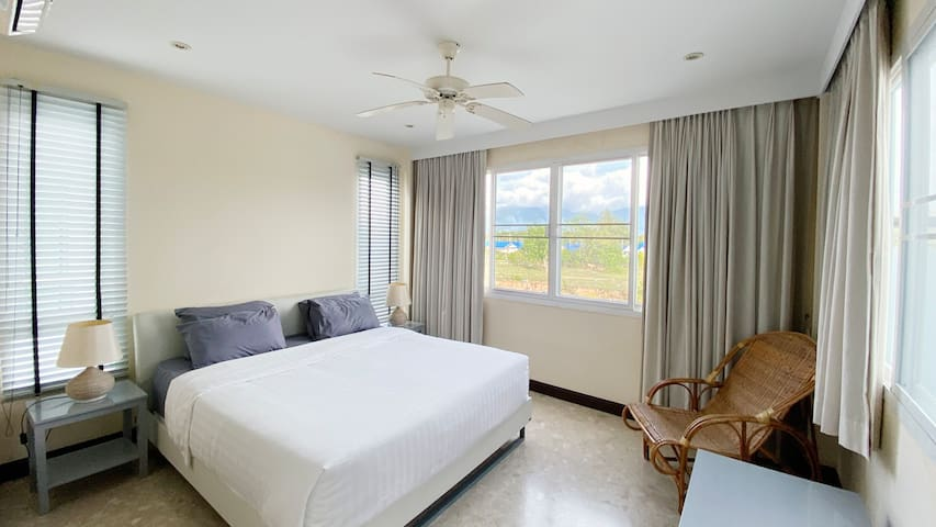 This bedroom, also with king size bed and ensuite bathroom facing a beatiful mountainview.