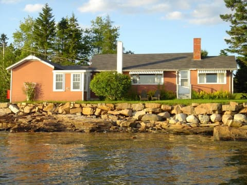 Cozy Waterfront Cottage. Henry Cove, Winter Harbor