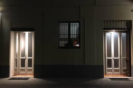 Porta d'ingresso con fotocellula, la luce si accende automaticamente al passaggio