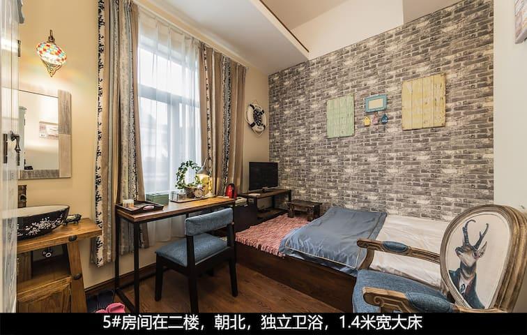 5#房间在二楼,朝北,独立卫浴,1.4米宽大床
