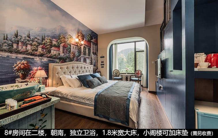 8#房间在二楼,朝南,独立卫浴,1.8米宽大床,小阁楼可加床垫(需另收费)
