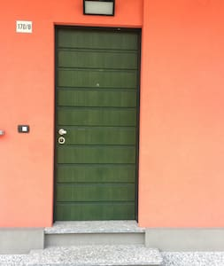 Ingresso dell'appartamento. I due gradini sono facilmente superabili con una pedana che viene messa all'occorrenza.
