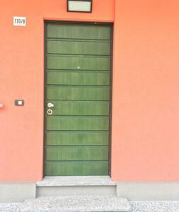 Porta di ingresso con 2 gradini  facilmente superabili con una pedana che viene messa all'occorrenza