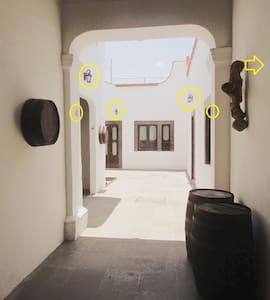 Los círculos amarillos muestran toda la iluminación disponible para los huéspedes durante la noche.