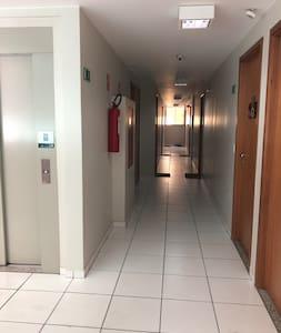 Corredor, do elevador até o apartamento.