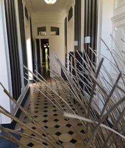 Large couloir deservant 3 chambres, 2 salles de bains, cuisine, salon, billard...