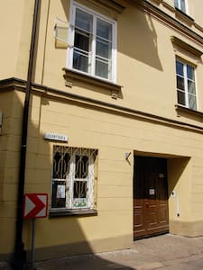 Przejście przez bramę do wewnętrznego podwórka do mieszkania