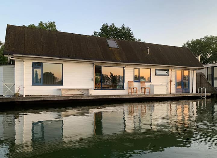 FLOATING HOUSE CLOSE TO AMSTERDAM