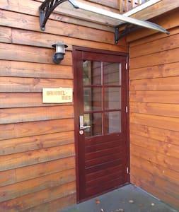 Brede deur, verlichting en droog, om binnen te komen.