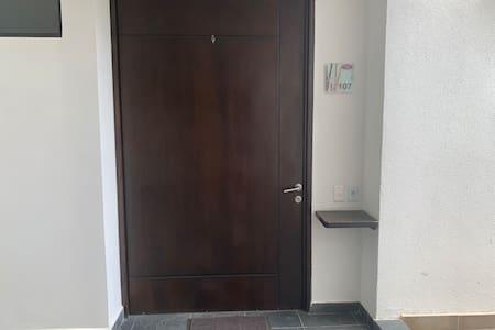 La puerta no tiene escalones es plano