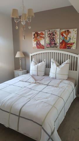 Belle chambre à coucher très lumineuse avec lit double de 1,60 x 2,00 mètres avec deux matelas confortables individuels / Schönes Doppelbett mit 1,60 x 2,00 Metern im hellen Schlafzimmer / Queensize bed 1,60 x 2,00 meters in the bright bedroom