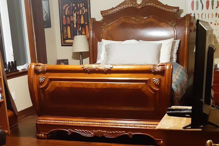 Back bedroom Queen