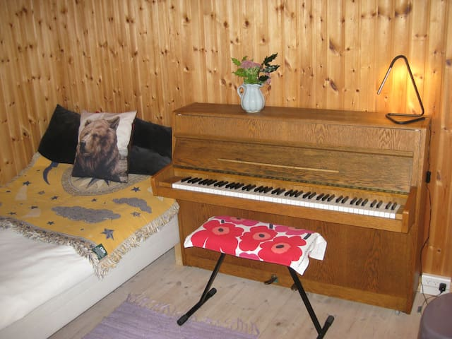 Single room for artist in organic garden near Cph