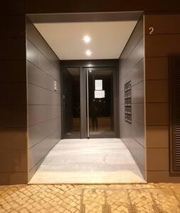 Jalur bebas tangga menuju pintu masuk