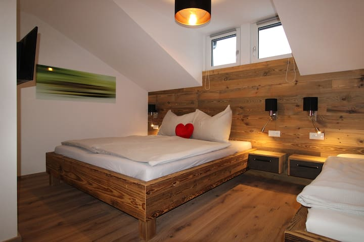 second bedroom Bergkristall with a double and a single bed and a TV