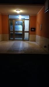 Questa foto mostra l'ingresso nel palazzo. Ci sono 2 ascensori al piano terra. L'ascensore di sinistra è vicinissima alla porta d'ingresso dell'appartamento.