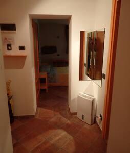 Il corridoio ha una larghezza di circa 1170 centimetri: le porte hanno una larghezza di 80 centimetri