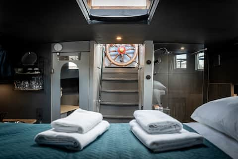 Romantic Room on Houseboat in City Center