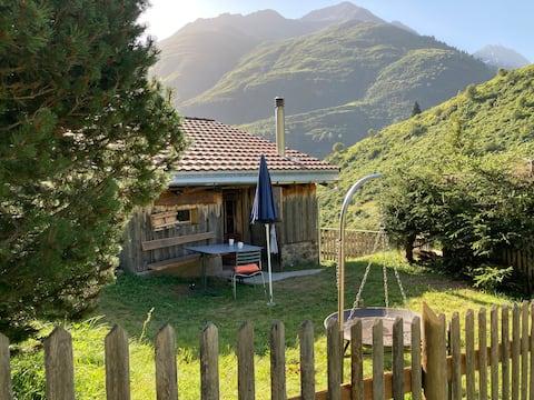 Romantische Hütte am jungen Rhein