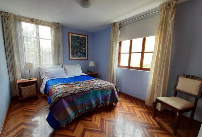Dormitorio principal con ventana al jardin y a un lindo pasaje peatonal con arboles y faroles.