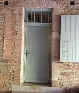 Porte d'entrée privative à la chambre, accès direct depuis le grand porche d'entrée. 2 marches au sol  ou bien possibilité d'adapter une rampe d'accès. Ouverture 84cm.