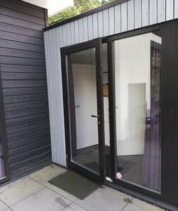 Rolstoel vriendelijke ingang, met brede deur van 92cm
