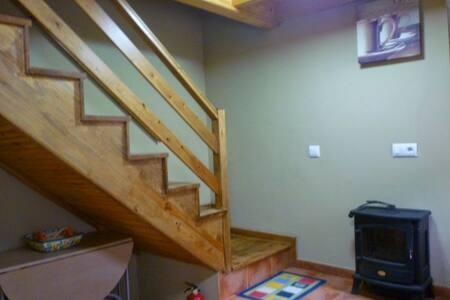escaleras desde la cocina al resto del apartamento