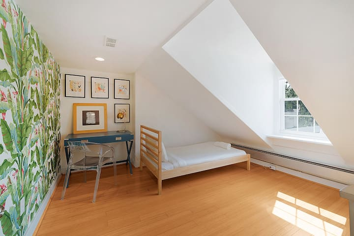 ..finally, 2 twin rooms with dormer ceilings....
