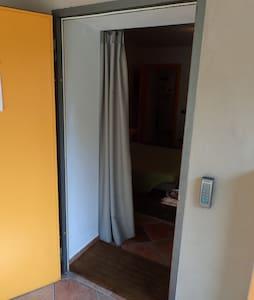 La porta di ingresso alla camera ha una larghezza di 90 centimetri