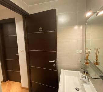 Interno del bagno con visuale verso l'uscita