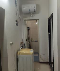 两间卧室出来走几步就到卫生间