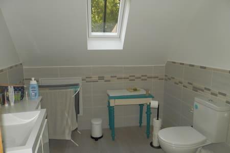 Espace supplémentaire autour des toilettes