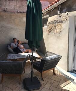 La Casa da Saudade dispose à présent d'une terrasse avec une table basse et des fauteuils pour quatre personnes. Idéal pour l'apéro, le soir.