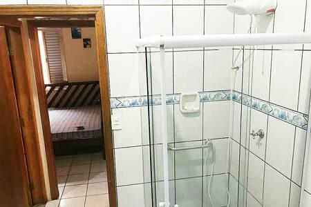 手すり付きのシャワールーム