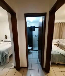 Área de todo o apartamento completamente plana, sem qualquer tipo de locomoção em seu interior, também como o acesso ao prédio, elevador e do próprio apartamento.