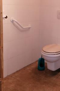 Rögzített kapaszkodók a WC-nél
