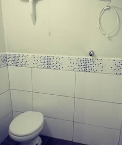 contém vaso sanitário e chuveiro.