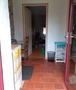 La kitchenette est une mise à disposition pour améliorer votre confort, elle se situe dans le hall d'entrée de la chambre en face et la salle d'eau à droite,  l'espace peut-être modifié au besoin.