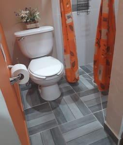 No hay borde o escalón entre la regadera y el suelo del baño.