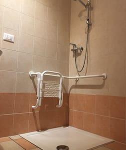 手すり付きのトイレ