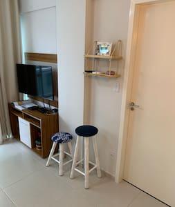 A porta do quarto possui largura de 70 cm ; porém existe a outra porta que dá acesso a varanda , com abertura de 80 cm