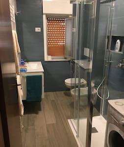L'apertura del box doccia e' di meno di 60cm. Il piatto doccia e' a filo pavimento.