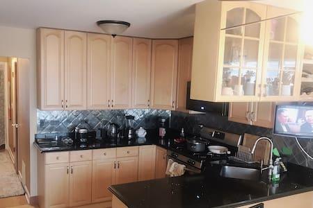 厨房平坦、方便、没有台阶,有你存放食品的空间:冰箱和储物柜。