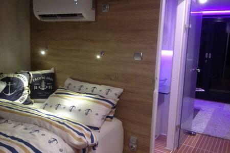 Das Bett ist in einer Nische, und seitlich zugänglich