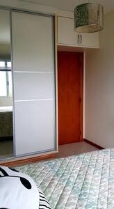 Entrada do quarto,  roupeiro e espaço até a cama - piso plano.