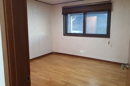 안방사진입니다. 집 전체 내부에는 전혀 턱이없습니다.