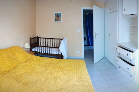 De la salle à vivre au large couloir qui mène à la chambre : tout de plein pied, avec de larges portes.