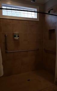 Extra viel Platz rund um die Dusche