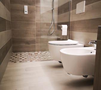 מקלחת בלי מדרגות